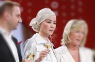 王菲现身上海出席活动,香槟金头巾一扎,清冷色调,淡然大气。