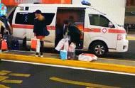 救护车机场接机,几名年轻人将多个免税品购物袋装上车...