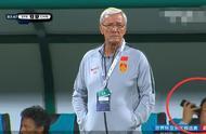耻辱!国足再败叙利亚,国足一大佬,开心的在教练席玩手机