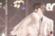 蔡徐坤穿白西装与婚纱模特跳舞的场面太梦幻!聚光灯下的极致浪漫