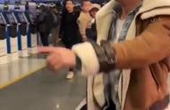 """超MAN!吴京机场怒斥跟拍直播者:""""这有小孩你撞到怎么办!"""""""