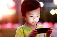 小孩子玩手机到底好不好,研究显示结果,让家长深思