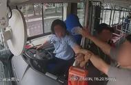 男子坐过站强行下车被拒,辱骂拉拽公交司机,已被警方刑事拘留