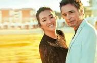 巩俐和71岁老公合体登杂志,夫妻俩牵手海边漫步甜蜜爆表