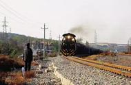 感动!79岁大爷狂奔50米拦停火车,只为救下醉酒的他......