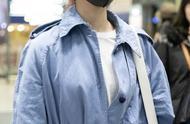 孟美岐把蓝色风衣裙穿出睡衣既视感,但依旧霸气,超大腰带瞩目!