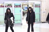 宋茜抵达韩国参加雪莉葬礼,黑衣墨镜低头疾行,眉头紧锁一脸忧伤