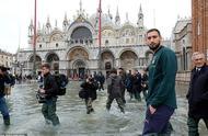 威尼斯遭遇了50多年来最严重的洪灾,意大利国脚前往支援