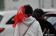天津大风降温气温最低到0° 鸡毛吹一地