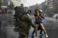宣布紧急状态后暴力示威未减弱,智利再进一步:实行宵禁