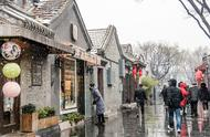 北京下雪了,大街小巷美如画,游客高兴不已