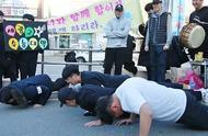 韩国高考:后辈为参考前辈疯狂应援,寒风中磕头行大礼