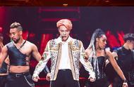 张艺兴橙发亮相演唱会,橙色工装连体裤时髦帅气,业务能力在线