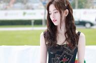 鞠婧祎穿黑色长裙出席活动,大家评一下这是神仙颜值吗?