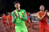 世预赛国足客场憾平菲律宾队,赛后国足全体将士一起谢场