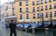 威尼斯经历一周创纪录水灾后,民众努力恢复正常生活