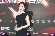 38岁秦岚越来越高级美,斜肩黑色裙尽显好身材,颜值惊艳美成少女