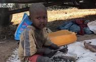 非洲童工每天顶烈日工作13小时只挣6毛钱,连一顿饱饭都吃不上