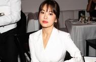 宋慧乔亮相纽约时装周,白色西服美如画,状态回升气质不输超模
