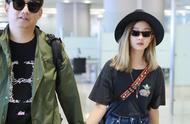 黄多多金发造型现身机场,T恤牛仔裤穿着简约,腿都比爸爸长了