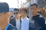 安保形同虚设 王俊凯被陌生男搂肩拍照