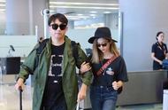 黄磊一家现身机场,多多染金发戴着墨镜礼帽,时尚成熟女神范