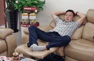 魏大勋:我家的沙发就是这么优秀。