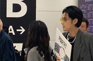 今日吴亦凡一席黑衣现身海外机场举牌接机潘玮柏