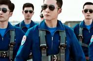 被韩东君的飞行员造型帅到了!短发+飞行员制服+墨镜,身姿挺拔