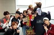EXO击败IU获得一位,后台与金基范合照,金珉锡错位视角太吓人!