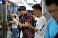 今天,地铁上拿着手机的人都在看阅兵