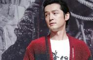 胡歌在北京大学,穿个红毛衣,眼角仍有疤痕,笑起来真帅气