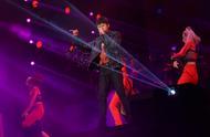 张杰青岛演唱会与歌迷过六一 小沈阳助阵回忆杰娜新婚夜爆笑全场