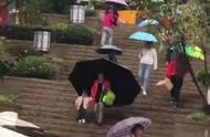 下雨天,奶奶特意带把大伞接孙女放学,看到伞后网友称:伞中贵族