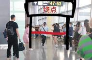 王一博机场狂奔上热搜,只为赶飞机完成工作,敬业精神可嘉