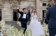 文咏珊吴启楠婚礼现场,夫妻俩甜蜜拥吻满脸幸福,婚礼又豪又高级