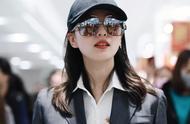 刘诗诗现身上海机场,墨镜红唇黑风衣,既美又飒气质佳,心动的感觉