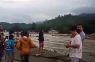 印尼东部洪灾已造成至少58人死亡,洪水冲毁大树建筑,街头一片狼藉