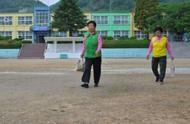 韩国农村小学招生难,校方出奇招:让文盲老人和小学生一起上学