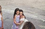 190730 迪丽热巴今日份路透 白色婚纱仙女迪亲昵地搂住小女孩合影