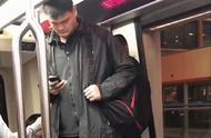 姚明坐地铁被偶遇,身体弯成S形完全抬不起头,网友评论亮了