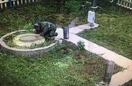 81岁老太临安暴雨中心一跪,这大概就是爱情的模样