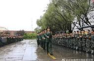 受阅官兵凯旋归队!战友们冒雨用锣鼓和掌声向其表示敬意