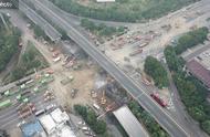 航拍无锡高架桥侧翻现场,桥梁大部分已被清理