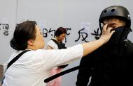 香港正义女子扯暴徒面罩后遭围殴 被证实为律政司检控主任