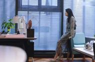 在远方:美女当上女总裁,一身轻奢连衣裙,气质立马不一样了