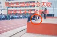 安徽一中学公开砸毁学生手机,校长称事先与家长签过协议