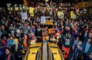 纽约爆发抗议:大批示威者高举辱警标语,涌进地铁冲撞闸机