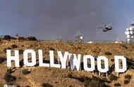 洛杉矶大火烧到好莱坞山 游客抓紧机会合影