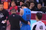 拼了!刘晓宇防守倒地受伤 立即回防造进攻犯规